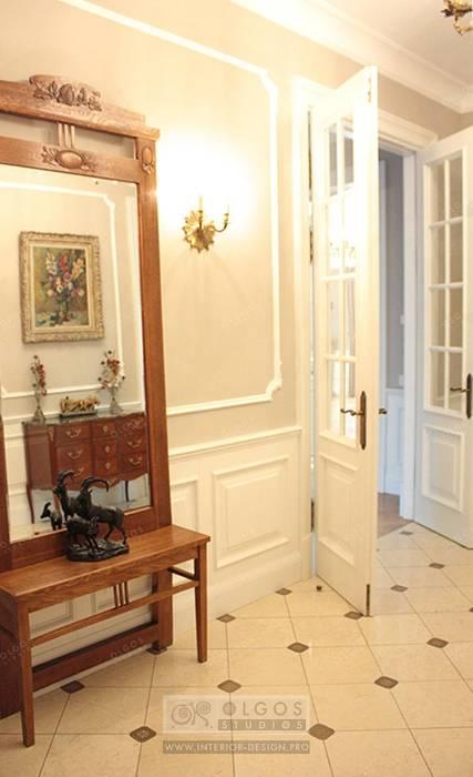 Коридор в дизайне дома Коридор, прихожая и лестница в классическом стиле от Дизайн студия Ольги Кондратовой Классический