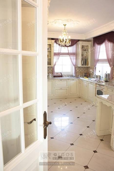 Интерьер кухни в дизайне дома: Кухни в . Автор – Дизайн студия Ольги Кондратовой,