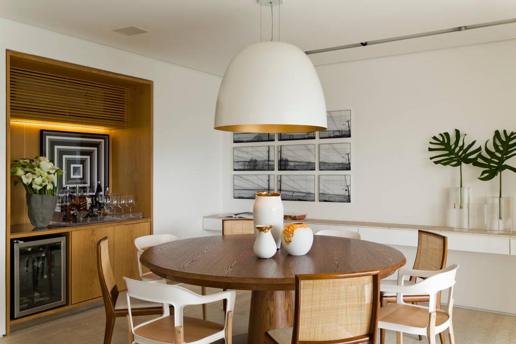 Panamby Apartment: Salas de jantar  por DIEGO REVOLLO ARQUITETURA S/S LTDA.,Moderno