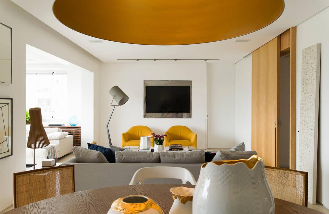 Panamby Apartment: Salas de estar  por DIEGO REVOLLO ARQUITETURA S/S LTDA.