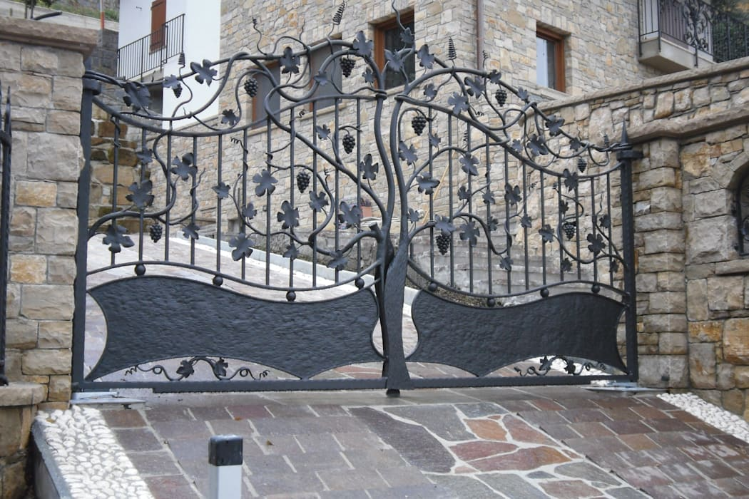 Cancelli artistici: Case in stile  di CMG Costruzioni Metalliche Grassi