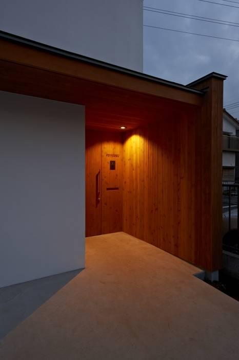 玄関ポーチの夕景: (有)菰田建築設計事務所が手掛けた家です。