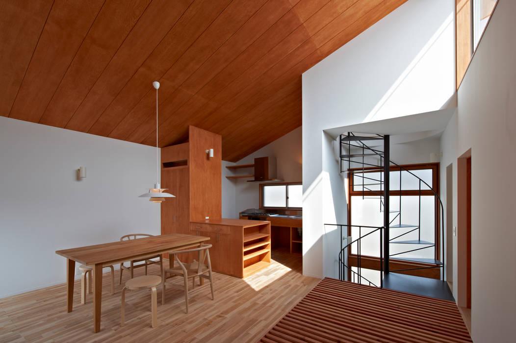 階段とインナーバルコニー (有)菰田建築設計事務所 モダンな 壁&床