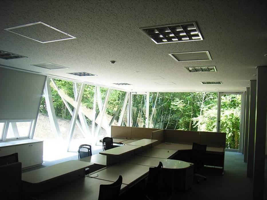 1階オフィス: 株式会社ヨシダデザインワークショップが手掛けた書斎です。