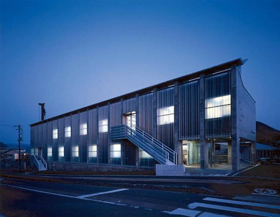 北側夜景: 株式会社ヨシダデザインワークショップが手掛けた家です。