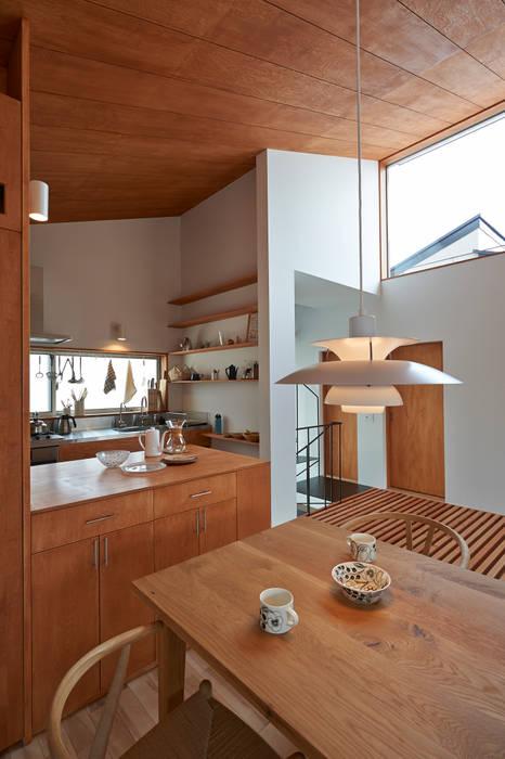 ダイニングからキッチンを見る: (有)菰田建築設計事務所が手掛けたダイニングです。