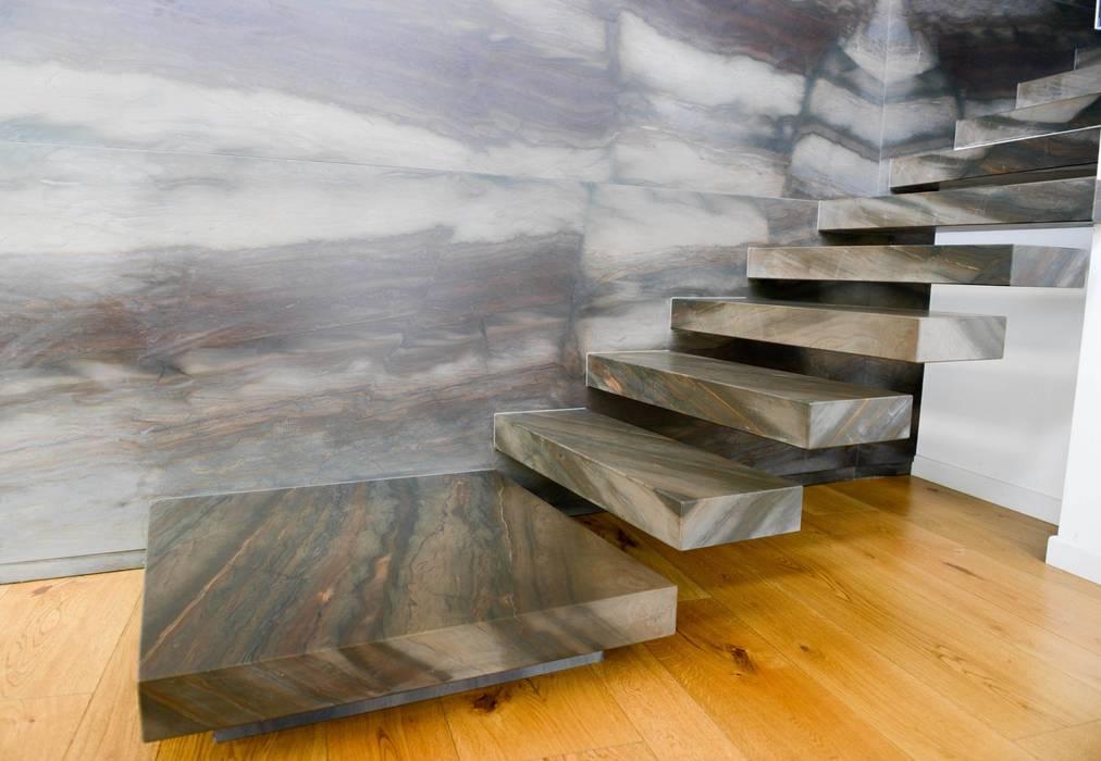 Dettaglio scala a sbalzo: Ingresso & Corridoio in stile  di STUDIO ZERO 30