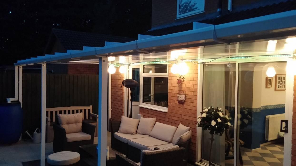 Patio Canopy at night Balcones y terrazas de estilo clásico de Living Space Clásico