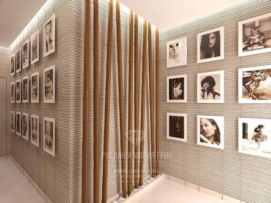 Мотивы экостиля и постеры в дизайне прихожей Коридор, прихожая и лестница в классическом стиле от Студия дизайна интерьера Руслана и Марии Грин Классический