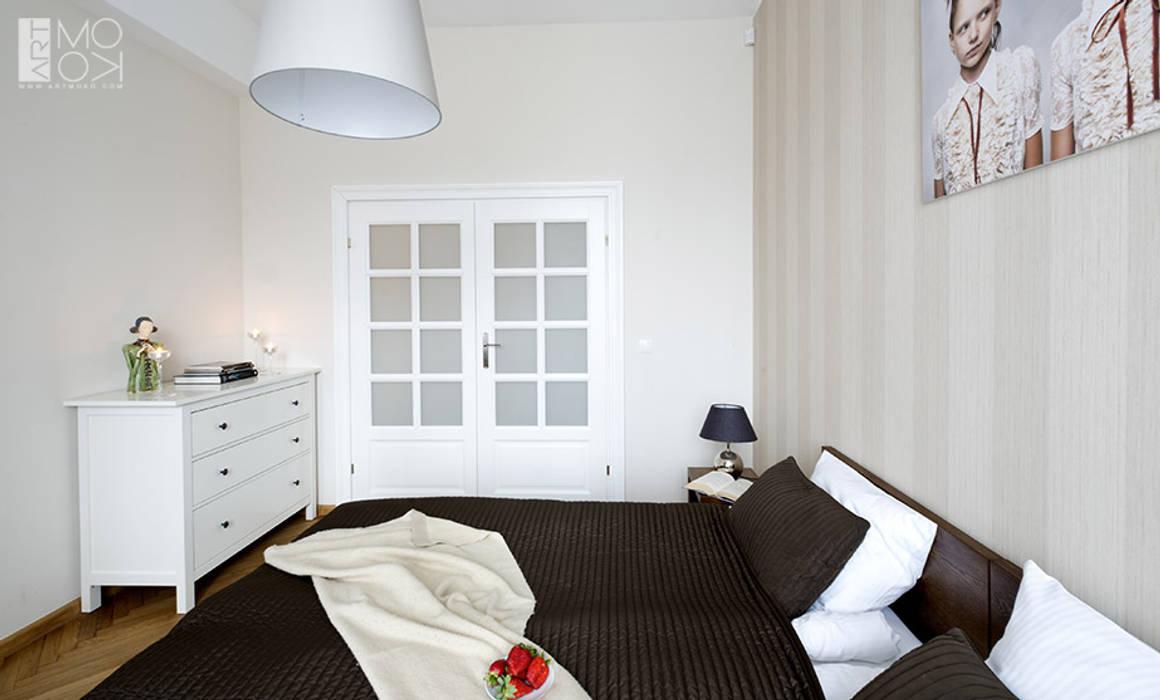 Sypialnia z dwuskrzydłowymi drzwiami Eklektyczna sypialnia od Pracownia projektowa artMOKO Eklektyczny