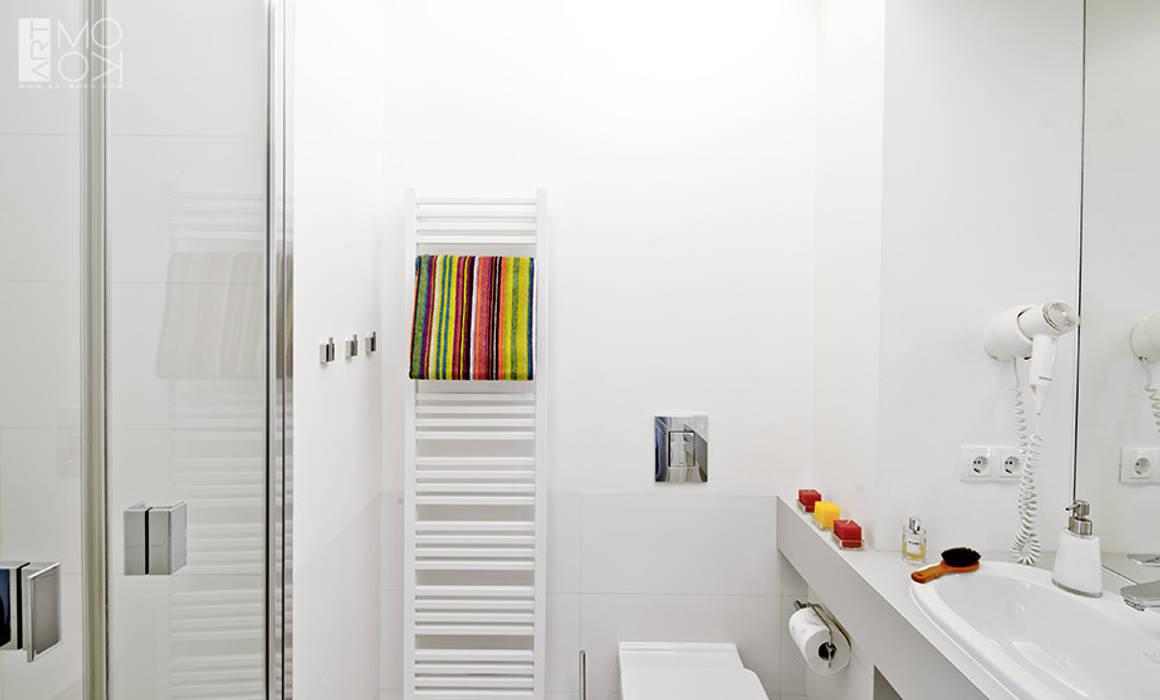 Prosta, biała łazienka: styl , w kategorii Łazienka zaprojektowany przez Pracownia projektowa artMOKO,Minimalistyczny
