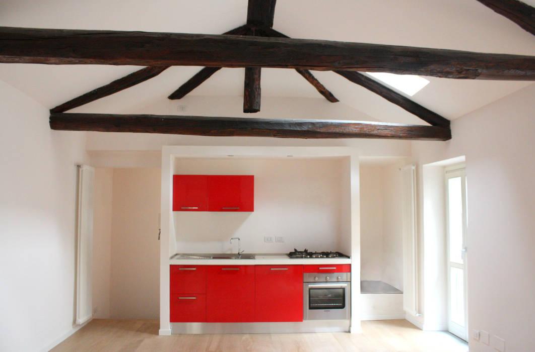 Vista della cucina aperta sul soggiorno.: cucina in stile di ...