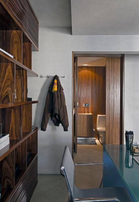 Real Parque Loft: Banheiros  por DIEGO REVOLLO ARQUITETURA S/S LTDA.,Moderno