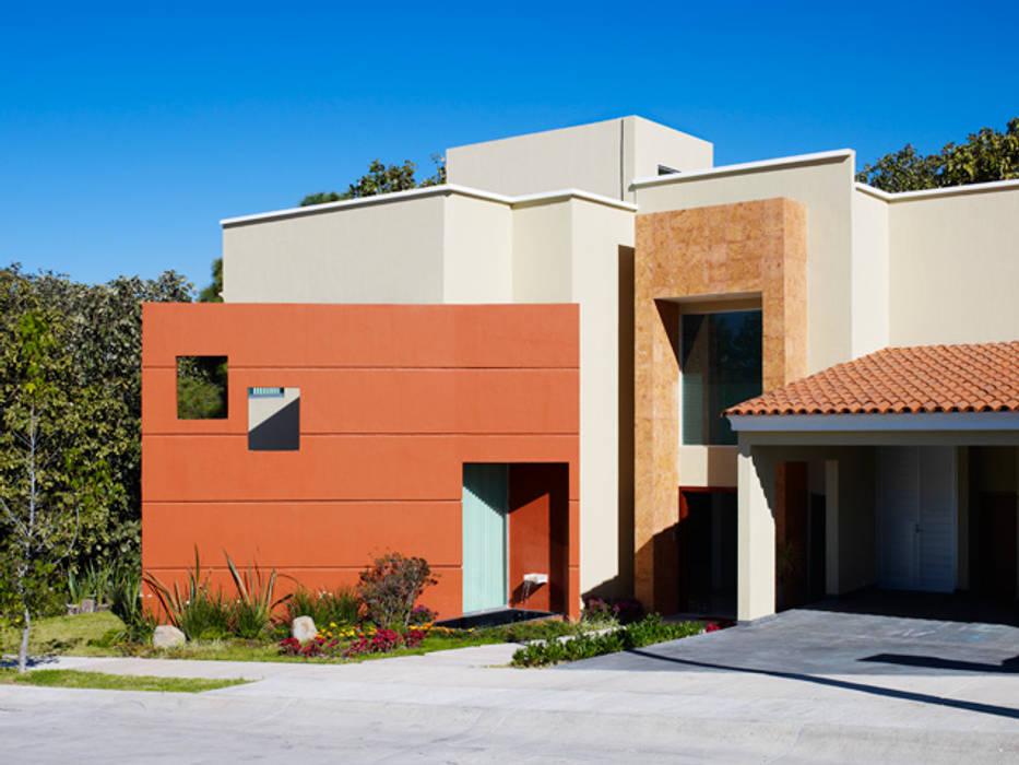 fachada: Casas de estilo  por Excelencia en Diseño, Moderno