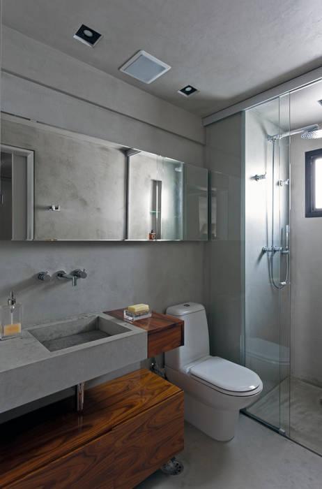 Real Parque Loft: Banheiros modernos por DIEGO REVOLLO ARQUITETURA S/S LTDA.