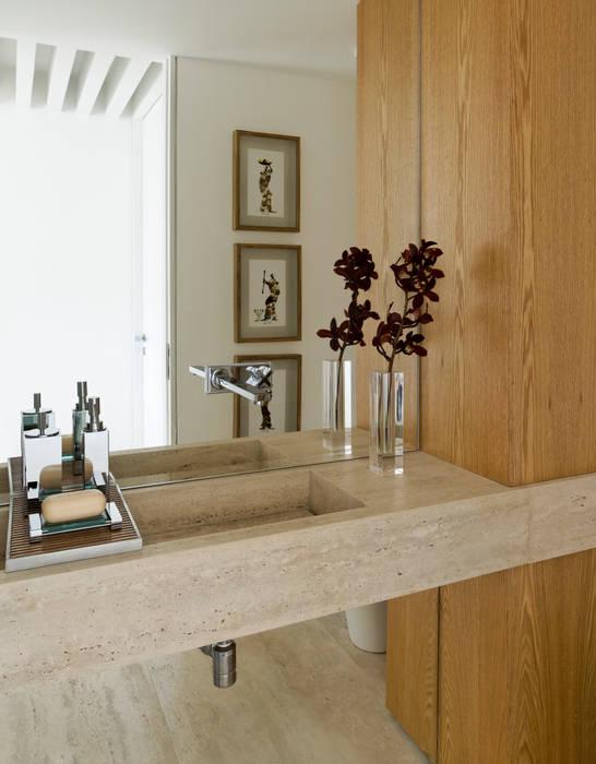 Panamby Apartment: Banheiros  por DIEGO REVOLLO ARQUITETURA S/S LTDA.