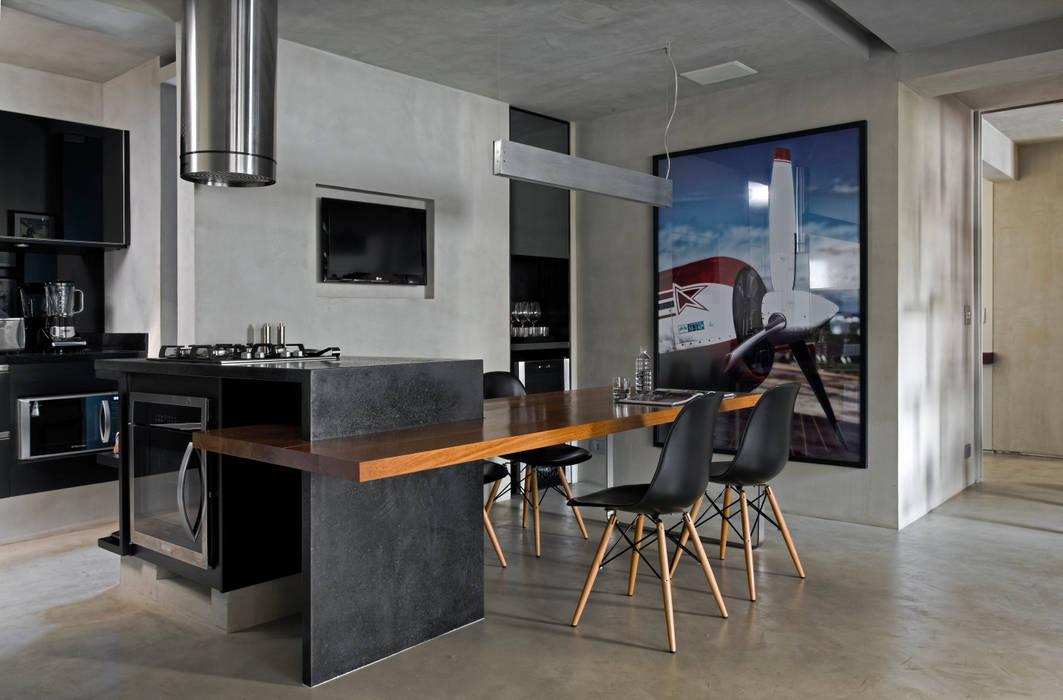 Real Parque Loft: Salas de jantar  por DIEGO REVOLLO ARQUITETURA S/S LTDA.,Moderno