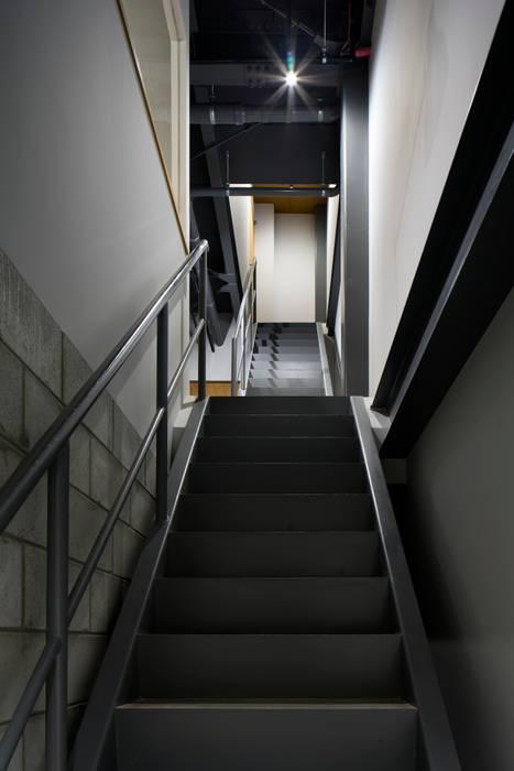 階段: 株式会社 藤本高志建築設計事務所が手掛けた折衷的なです。,オリジナル