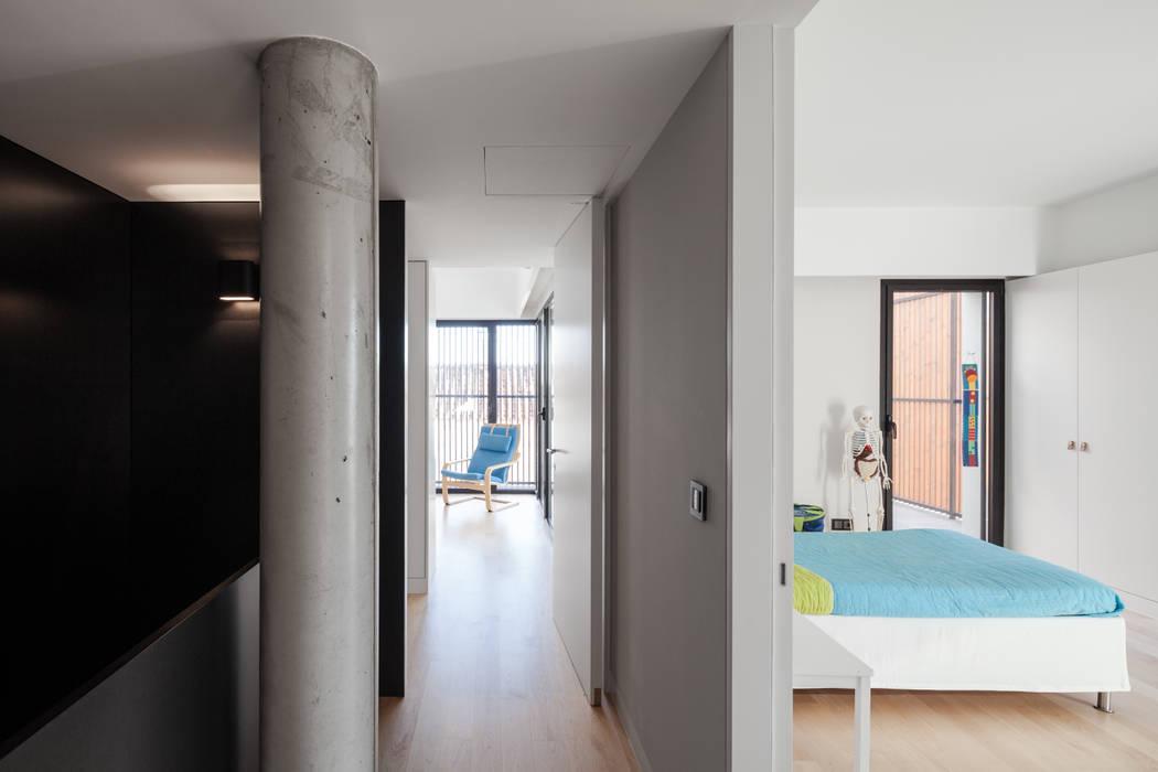 Four villas condominium in Queijas, Oeiras Minimalist corridor, hallway & stairs by Estúdio Urbano Arquitectos Minimalist