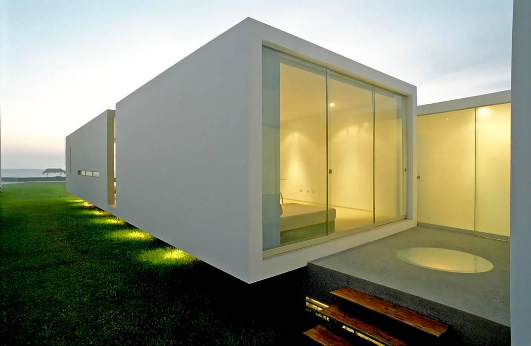 Minimal style window and door by Otium Minimalist