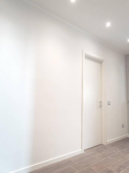 Ristrutturazione completa - colori, porte e illuminazione: Ingresso & Corridoio in stile  di Easy Relooking