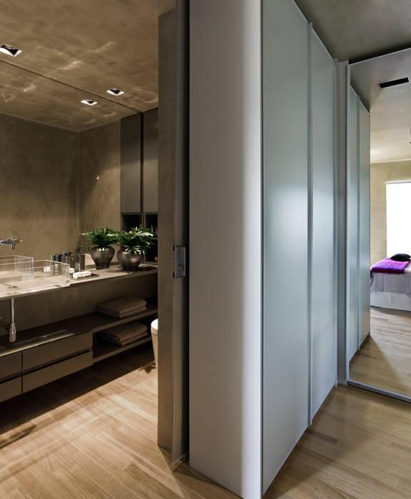 Vila Leopoldina Loft Closets por DIEGO REVOLLO ARQUITETURA S/S LTDA. Moderno