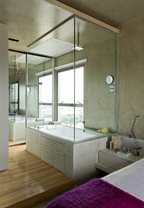 Vila Leopoldina Loft: Banheiros  por DIEGO REVOLLO ARQUITETURA S/S LTDA.