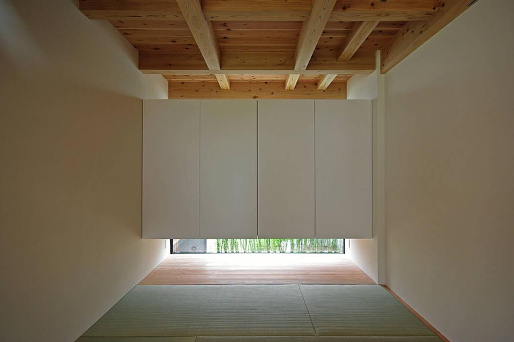 Media room by 株式会社 空間建築-傳, Asian