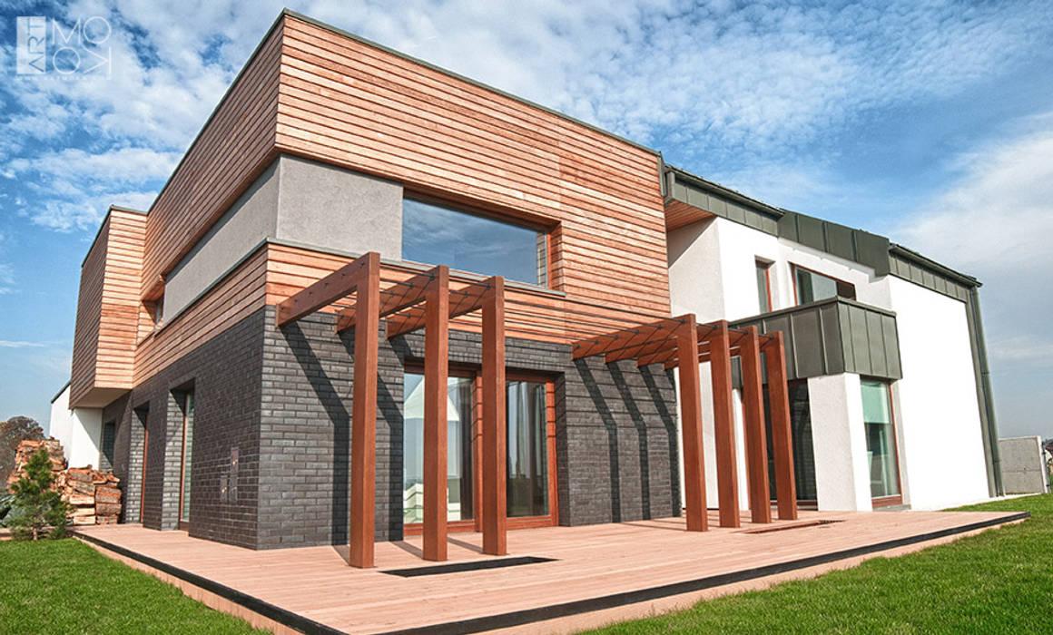 Rezydencja z tarasem: styl , w kategorii Domy zaprojektowany przez Pracownia projektowa artMOKO