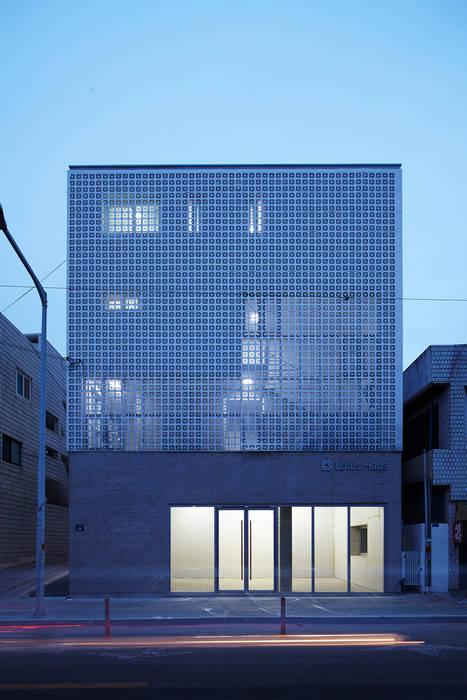 Lotus Haus (로터스하우스): 스마트건축사사무소의  주택,