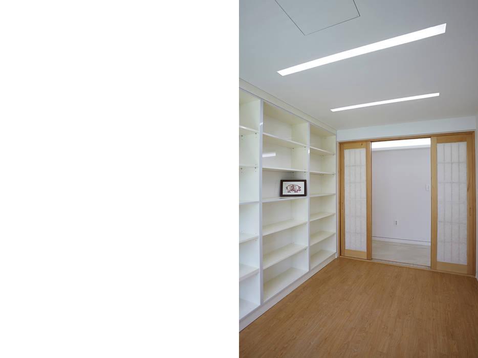 Lotus Haus (로터스하우스): 스마트건축사사무소의  서재 & 사무실,