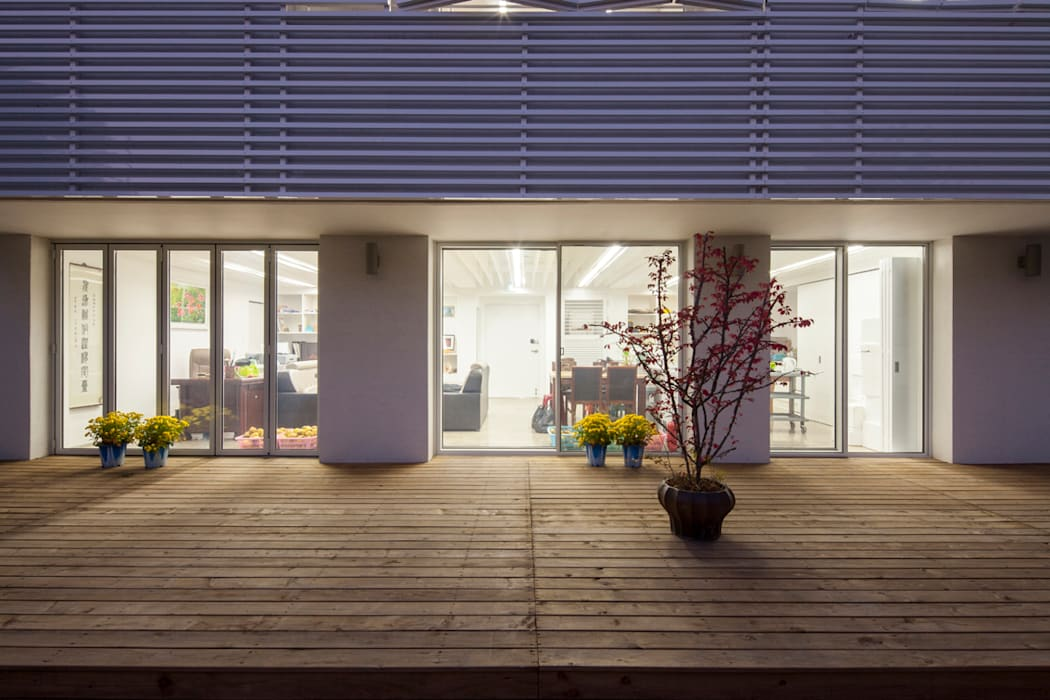 Balcones y terrazas de estilo moderno de 스마트건축사사무소 Moderno