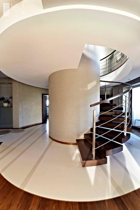 Nowoczesne okrągłe schody Nowoczesny korytarz, przedpokój i schody od Pracownia projektowa artMOKO Nowoczesny