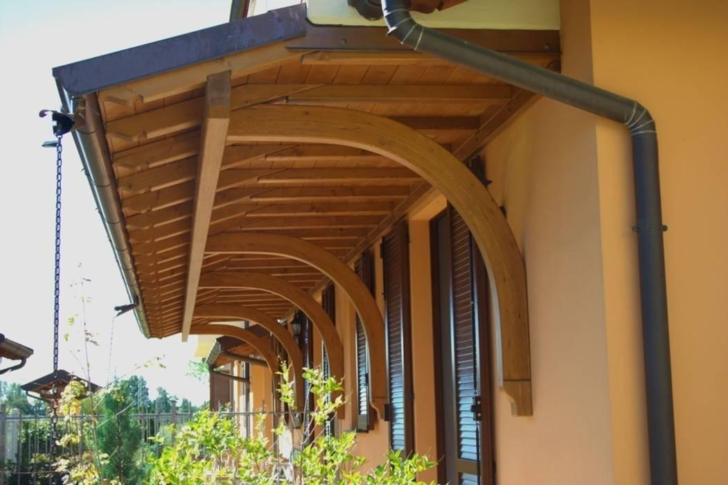 Tettuccio con rivestimento balcone: Terrazza in stile  di Alfa Porticati S.r.l.s.