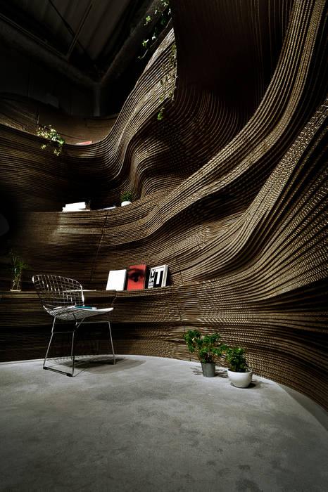 ダンボールの断崖絶壁: archi stat & associateが手掛けたオフィススペース&店です。