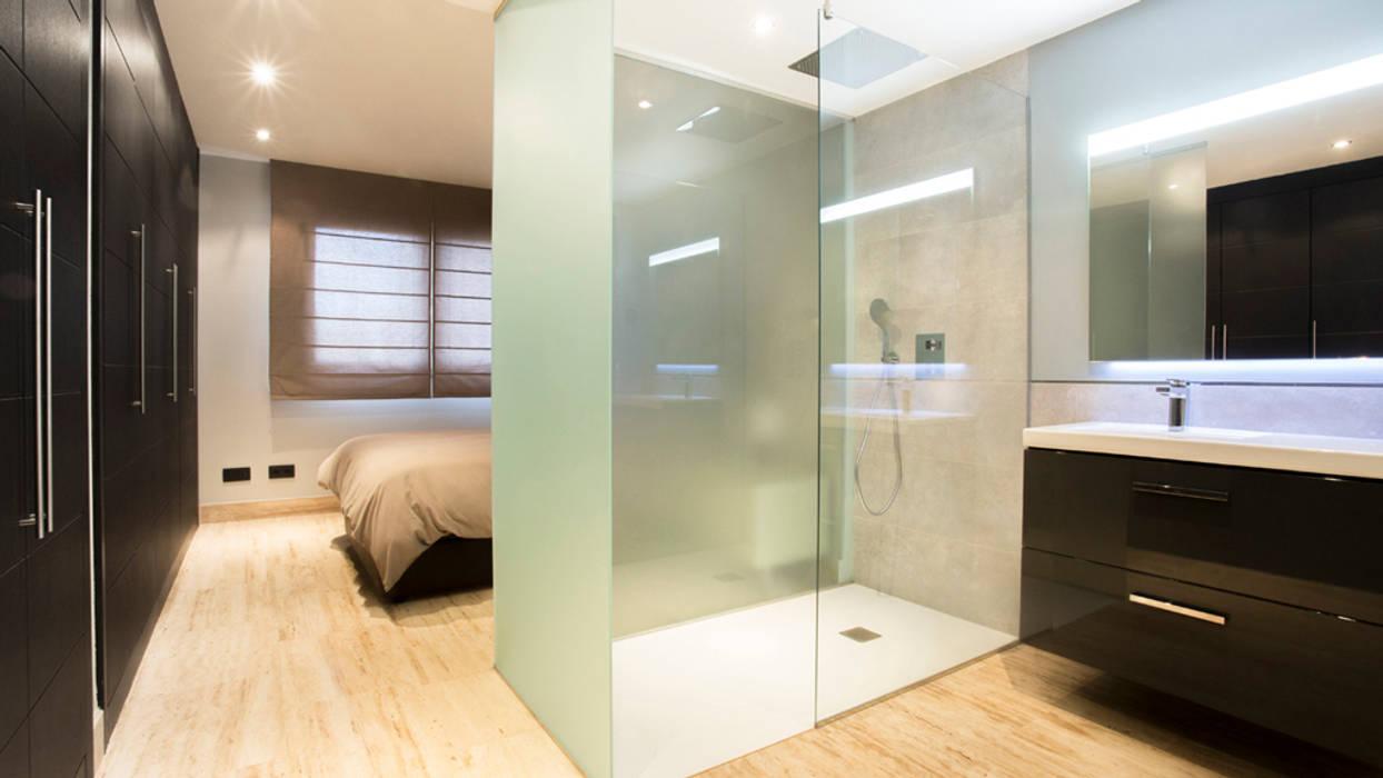 Tabiques traslúcidos en plato de ducha Baños minimalistas de Empresa constructora en Madrid Minimalista