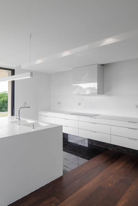 Casa em Belas, Sintra: Cozinhas  por Estúdio Urbano Arquitectos