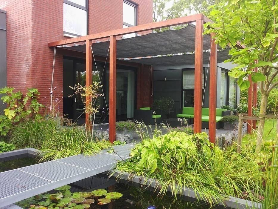 Schaduwlounge over het terras moderne tuin door bladgoud tuinen