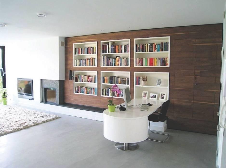 Multifunctionele wand voorzien van haard tv boekenkast en bureau