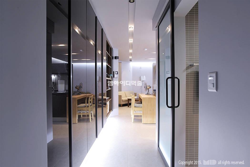 Couloir et hall d'entrée de style  par MID 먹줄,