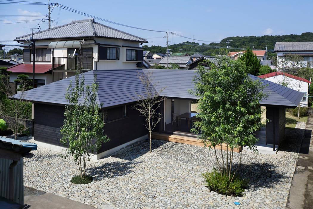 南面全景: 山田伸彦建築設計事務所が手掛けた家です。