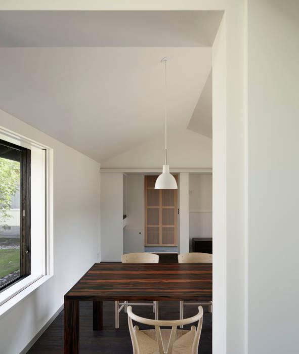 リビングダイニング(キッチンから): 山田伸彦建築設計事務所が手掛けたリビングです。