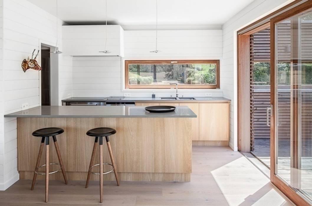 Habitation à Lierneux: Cuisine de style  par Pavillonchamps Atelier d'Architecture