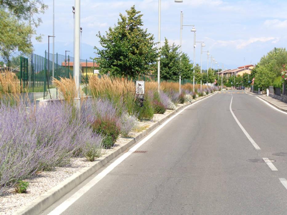 Aiuole via XXV aprile - Moniga del Garda (Bs) - anno 2011-2012: Giardino in stile in stile Moderno di matiteverdi