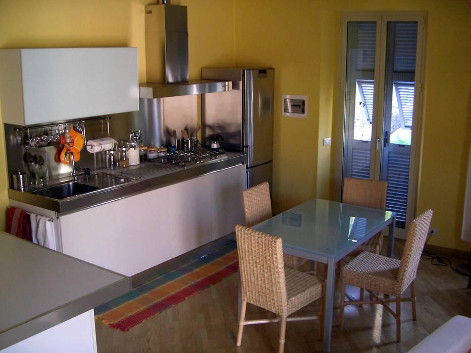 la cucina / pranzo: Cucina in stile in stile Moderno di Antonella Liguori Architetto