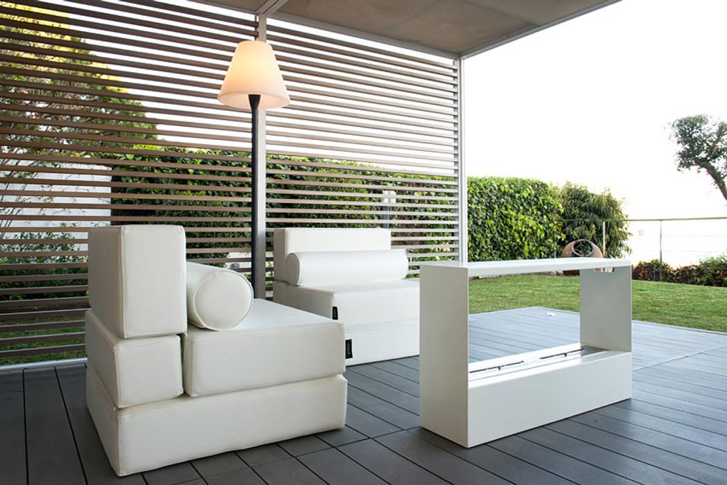 ETNA STUDIO Modern balcony, veranda & terrace Wood White