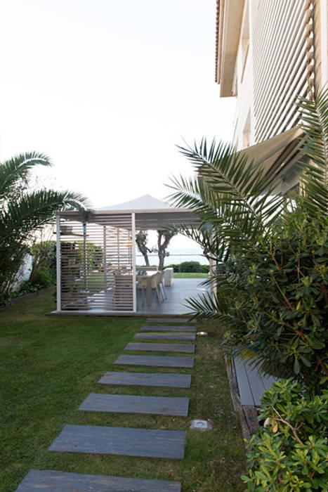 Terraza apartamento Caldes Estrach, Barcelona Balcones y terrazas de estilo moderno de ETNA STUDIO Moderno Caliza