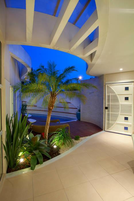 Reforma Casa Ipiranga Jardins modernos por Designer de Interiores e Paisagista Iara Kílaris Moderno