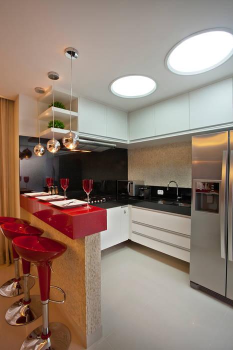 現代廚房設計點子、靈感&圖片 根據 Designer de Interiores e Paisagista Iara Kílaris 現代風