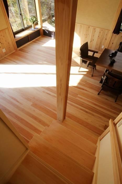 リビングルーム コーナー出窓: 木の家設計室 アトリエ椿が手掛けた廊下 & 玄関です。